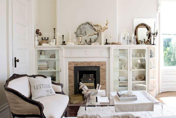 bialy przytulny salon