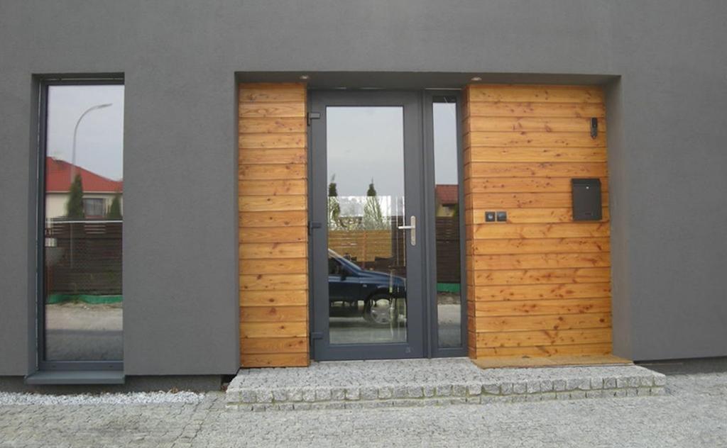 Szklane drzwi wejściowe są równie bezpieczne, co ich odpowiedniki wykonane ze standardowych materiałów. Dodatkowo dają szerokie możliwości aranżacyjne. Różnorodny przekrój modeli, kolorów, wzorów, aplikacji i dodatków pozwala idealnie